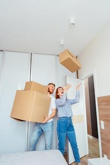 Scatole di cartone felici della tenuta delle coppie e trasferirsi nel nuovo posto