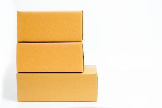 Scatole di cartone impilate con lo spazio della copia su fondo bianco isolato. inizia il concetto di piccola impresa.