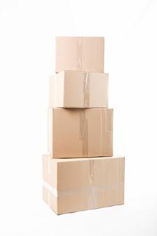 Scatole di cartone impilate isolate su fondo bianco