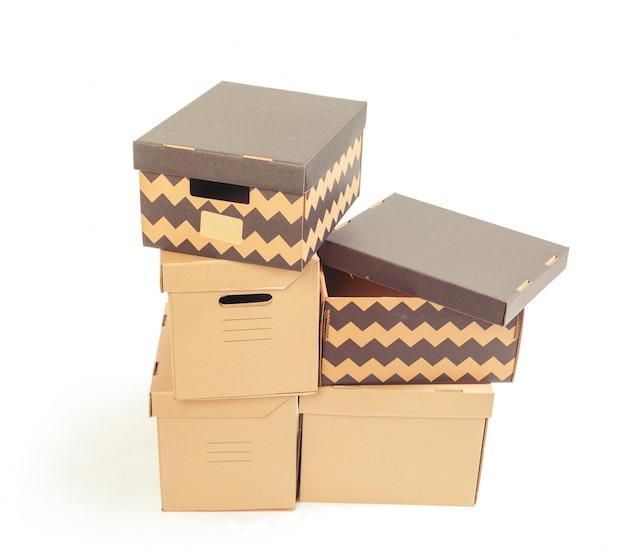 Scatole di cartone isolate sopra bianco