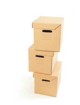 Scatole di cartone isolate sopra fondo bianco