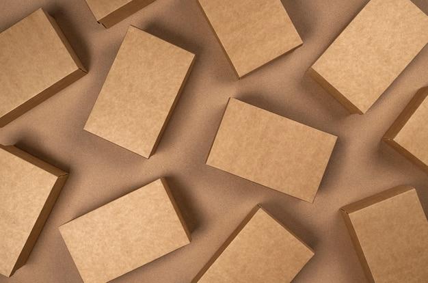 Scatole di cartone marrone su carta artigianale, vista dall'alto
