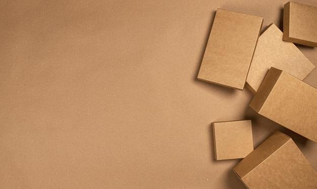 Scatole di cartone marrone sul tavolo di carta artigianale