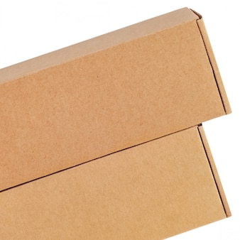 Scatole di cartone per merci su uno sfondo bianco. diverse dimensioni isolato su sfondo bianco