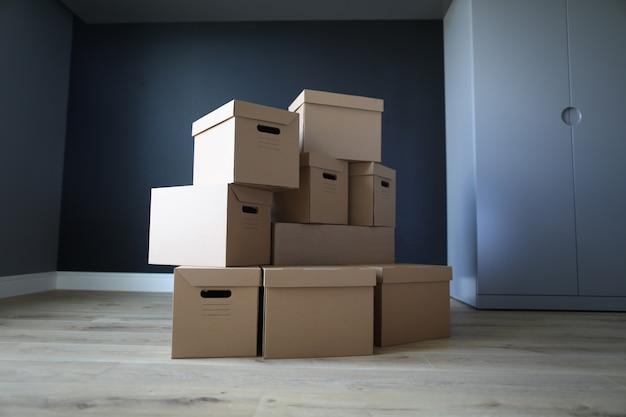 Scatole di cartone vuote stanno in una stanza vuota