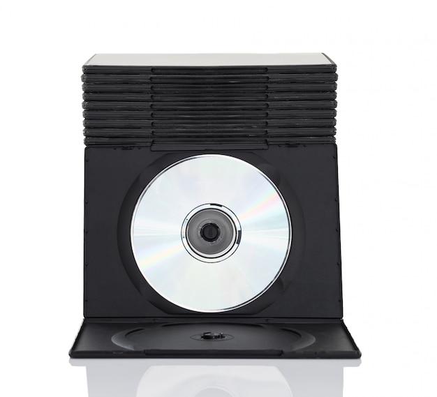 Scatole di dvd con disco su sfondo bianco