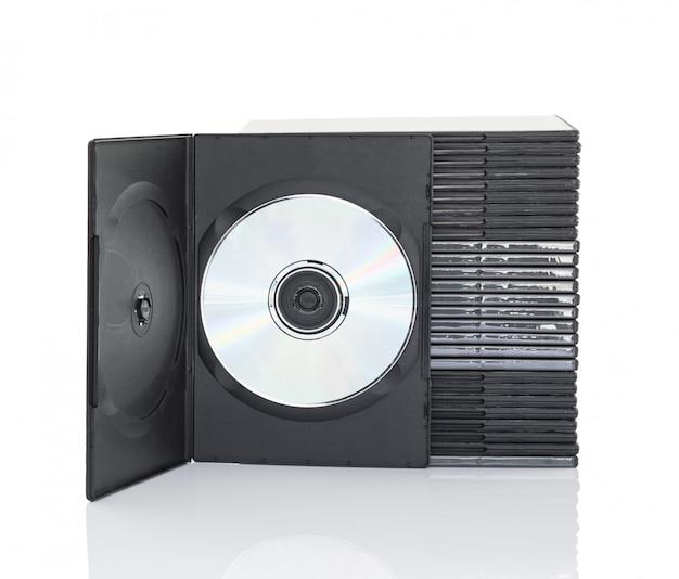 Scatole di dvd con il disco su fondo bianco