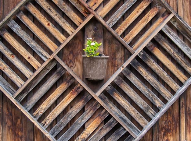 Scatole di legno sulla parete di legno