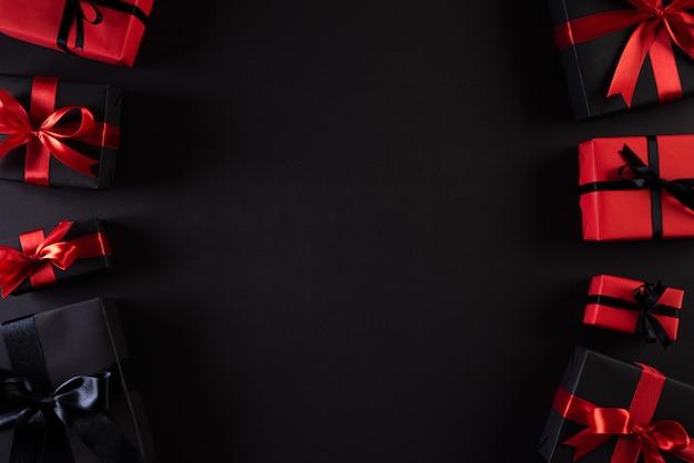 Scatole di natale su sfondo con copia. venerdì nero e santo stefano