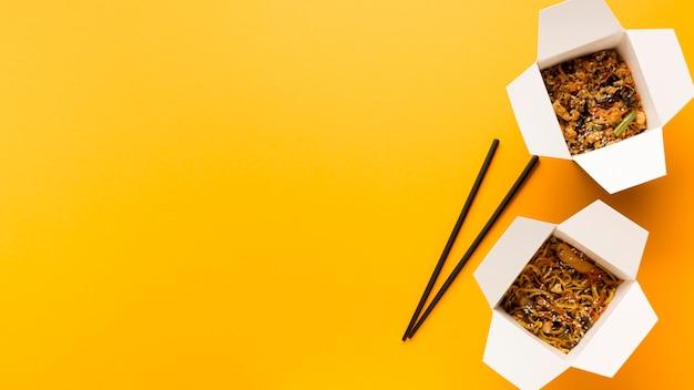 Scatole di vista dall'alto di cibo asiatico