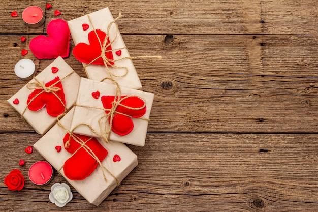Scatole festive in carta artigianale con cuori in feltro rosso