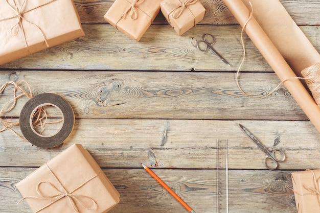 Scatole in carta artigianale, carta eco sul tavolo di legno.