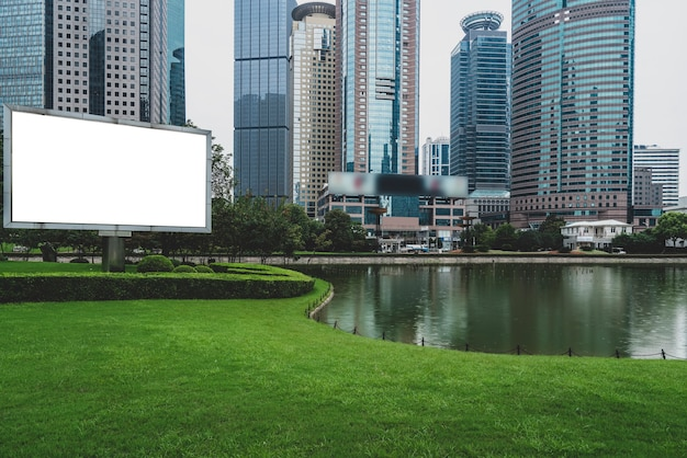 Scatole luminose pubblicitarie e architettura moderna nella piazza del quartiere finanziario di lujiazui, shanghai
