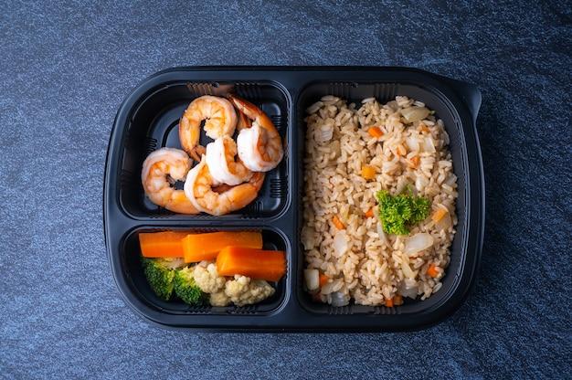 Scatole per alimenti sani per la consegna ai clienti che ordinano cibo online