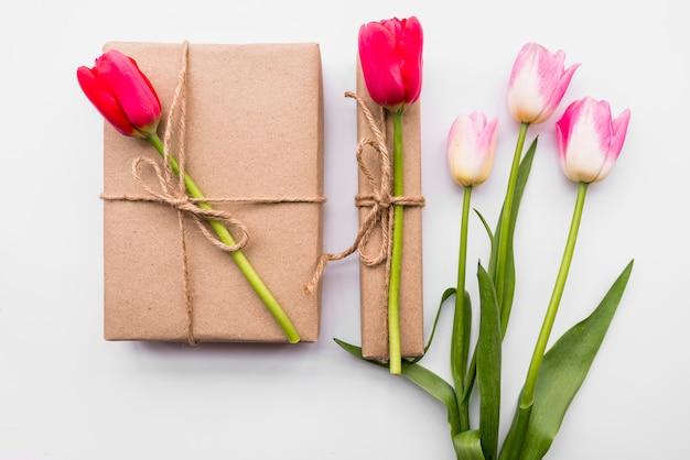 Scatole presenti e un mazzo di fiori luminosi