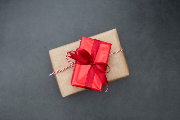 Scatole regalo artigianale su sfondo scuro. natale mock up con spazio di copia.