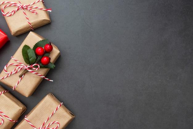 Scatole regalo artigianali, sfondo scuro. natale mock up. copia spazio.