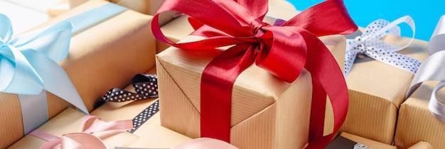 Scatole regalo con nastri rossi e blu. lungo striscione