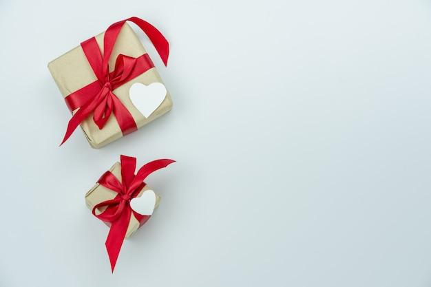 Scatole regalo con nastri rossi sul tavolo di legno