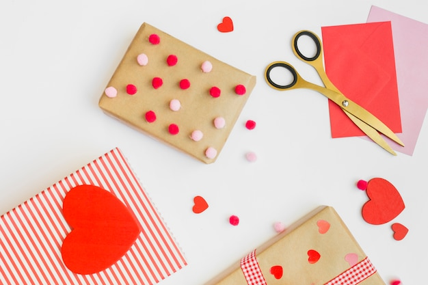 Scatole regalo con piccoli cuori rossi sul tavolo bianco
