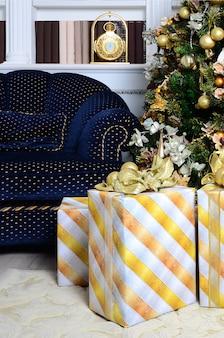 Scatole regalo di lusso sotto l'albero di natale