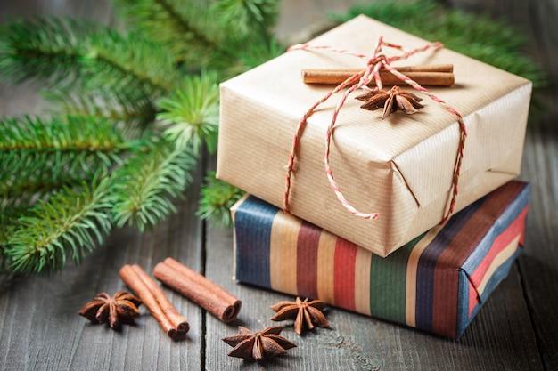 Scatole regalo di natale con decorazioni