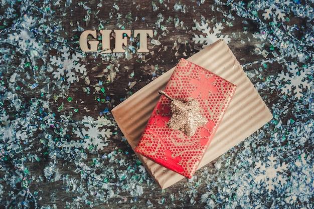 Scatole regalo di natale con fiocchi di neve