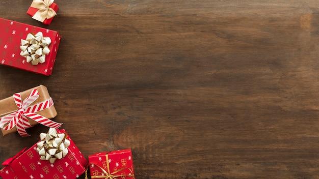 Scatole regalo di natale con fiocchi sul tavolo