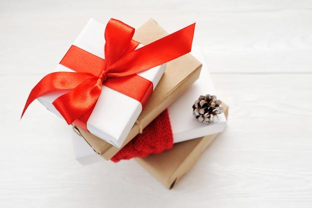 Scatole regalo di natale con pigne