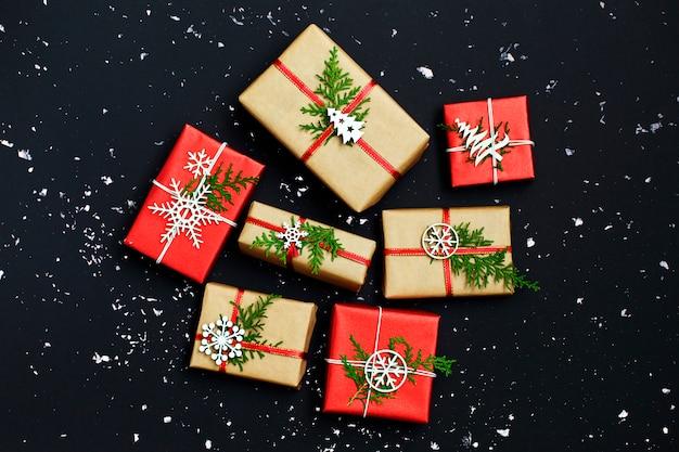Scatole regalo di natale decorate e fiocchi di neve bianchi