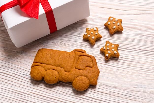 Scatole regalo di natale e camion di pan di zenzero