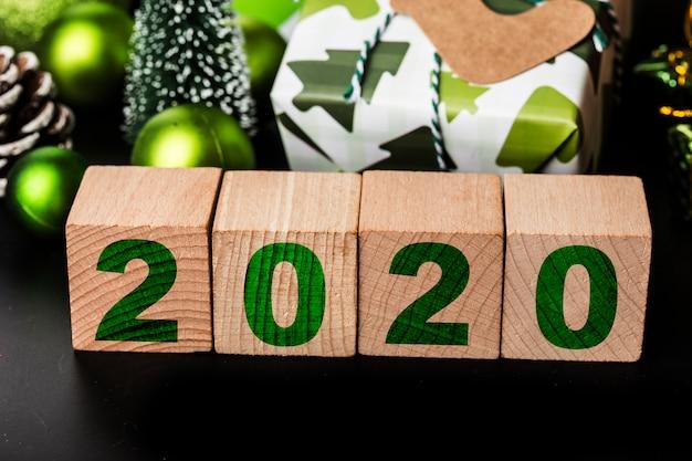 Scatole regalo di natale o presente e testo 2020 in blocchi di legno