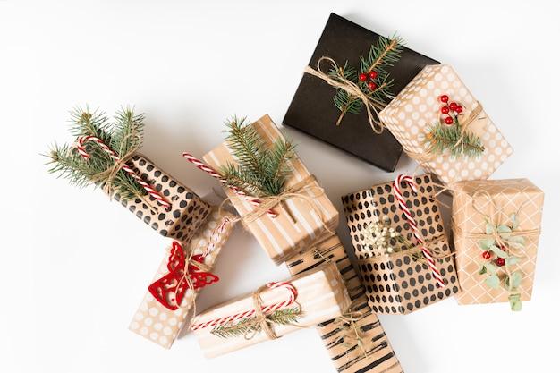 Scatole regalo di natale sul tavolo bianco