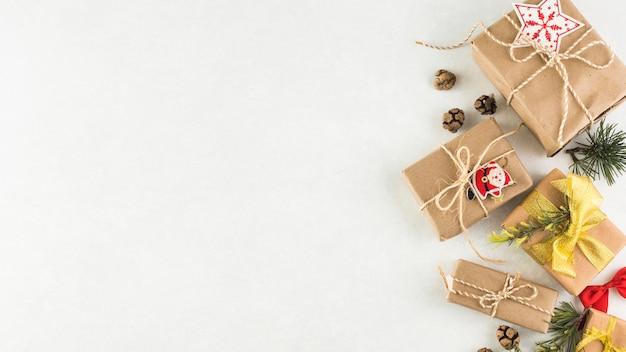 Scatole regalo di natale sul tavolo luminoso