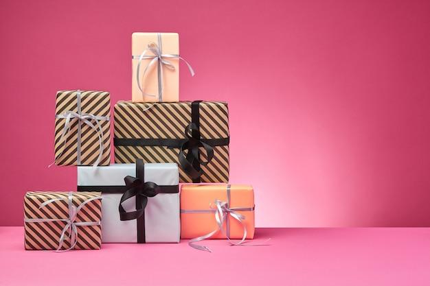 Scatole regalo legate con nastri e fiocchi