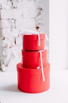 Scatole regalo rosso su sfondo bianco