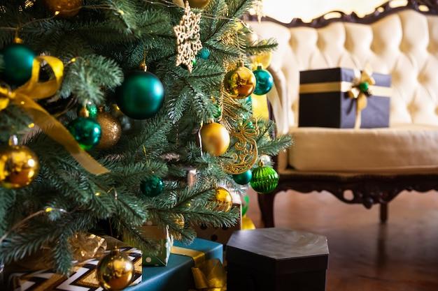 Scatole regalo sotto l'albero di natale. decorazione natalizia