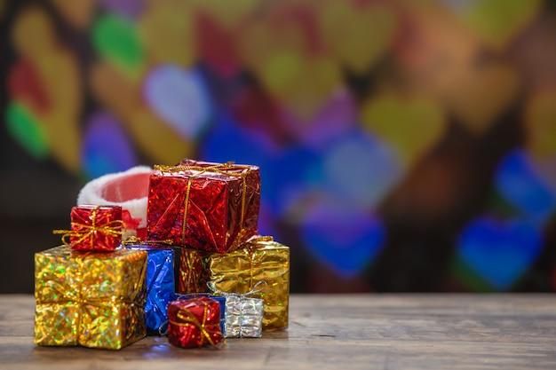 Scatole regalo su superficie di legno