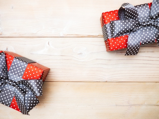 Scatole regalo sulla tavola di legno