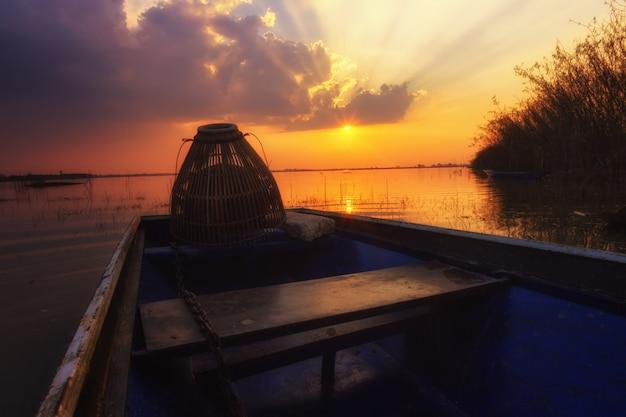 Scatta una foto con una superficie riflettente al tramonto