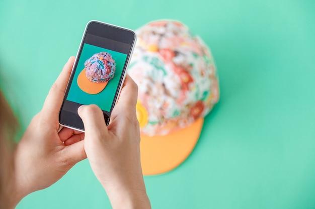 Scattare foto a cappello con fotocamera digitale per smartphone post