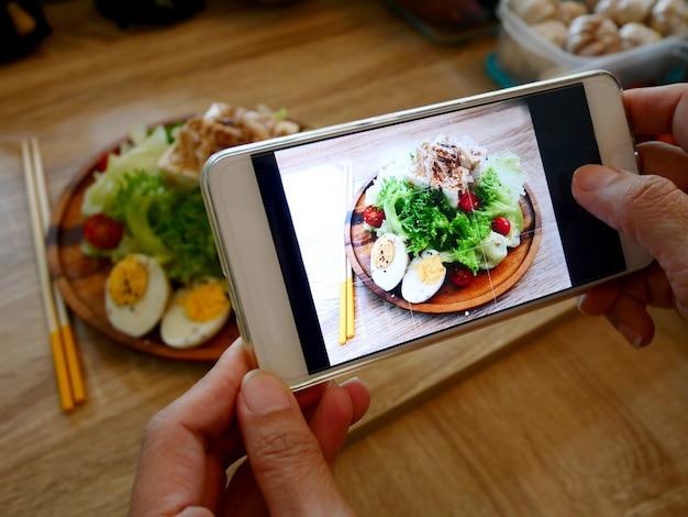 Scattare foto con il cellulare dell'insalata di tofu giapponese