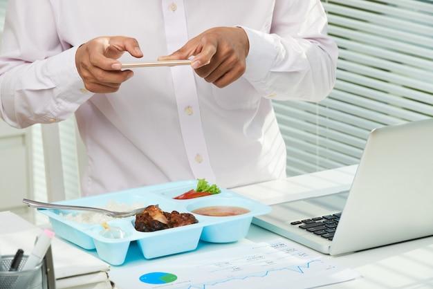 Scattare foto di appetitoso pranzo
