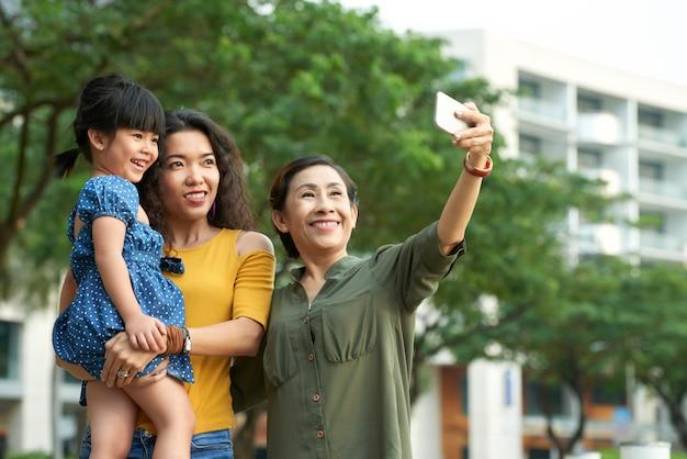 Scattare selfie con la famiglia
