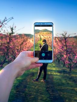 Scattare una foto al telefono di un fotografo. messa a fuoco selettiva.