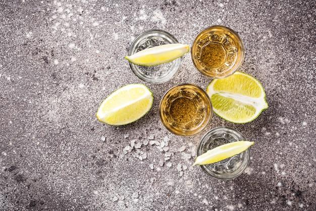 Scatti di tequila argento e oro
