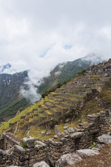 Scatto verticale di un'affascinante montagna machu pichu in una giornata nebbiosa