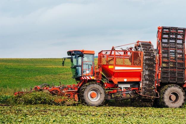 Scava raccogli patate e trattore