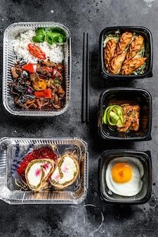 Scegliendo cibo da asporto. involtini primavera, gnocchi, gyoza e wok in scatola. prendi e vai alimenti biologici. sfondo bianco. vista dall'alto.