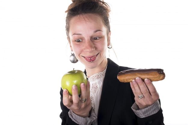 Scelta difficile tra torta e mela